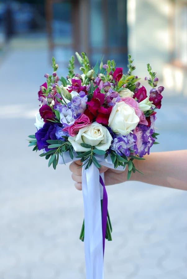 Bridal букет с фиолетовыми, фиолетовыми и бургундскими цветами цветет свежее лето Рука держа букет свадьбы Вертикальное изображен стоковые фотографии rf