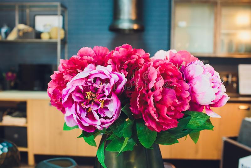 Bridal винтажный букет Невеста Красивый смешанных цветков и растительности, украшенный с лентой шелка, лежит дальше стоковая фотография