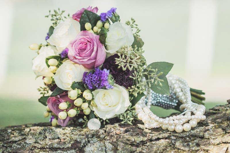 Bridal деталь ожерелья букета и жемчуга внешняя сняла свадьбы стоковое изображение