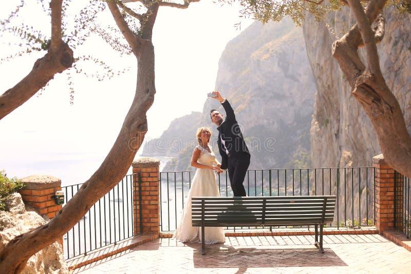 Bridal пары принимая selfie стоковые фотографии rf