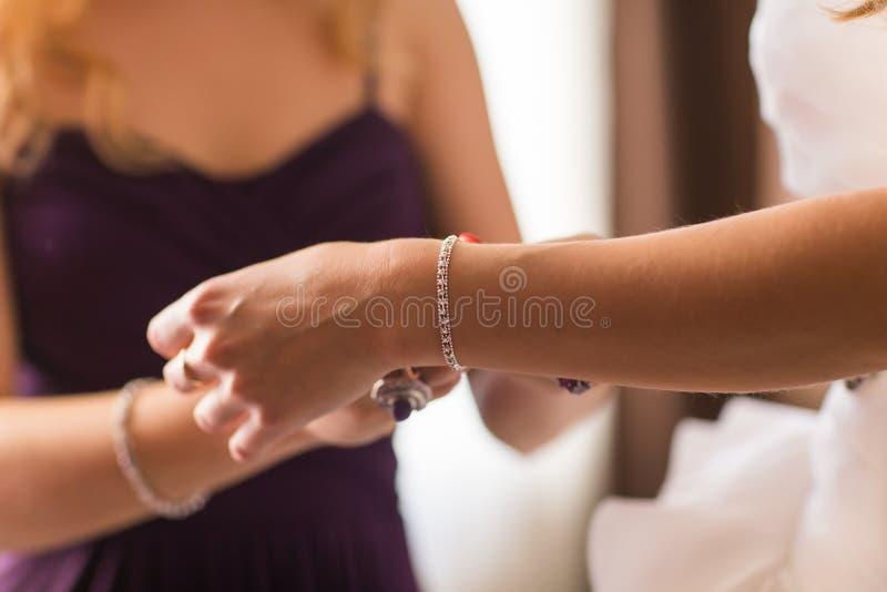 Bridal подготовка, невеста кладя на ювелирные изделия стоковая фотография