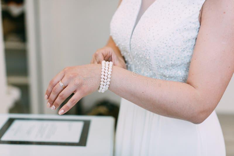 Bridal подготовка, невеста кладя на ювелирные изделия стоковые фотографии rf
