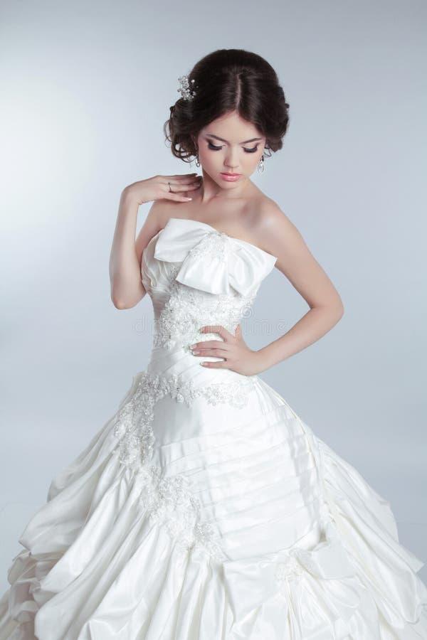 Bridal состав, стиль причёсок Красивая очаровательная невеста в wedding lu стоковое изображение rf