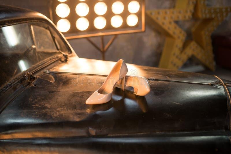 Bridal beży buty na czarnym tle hefner obrazy royalty free