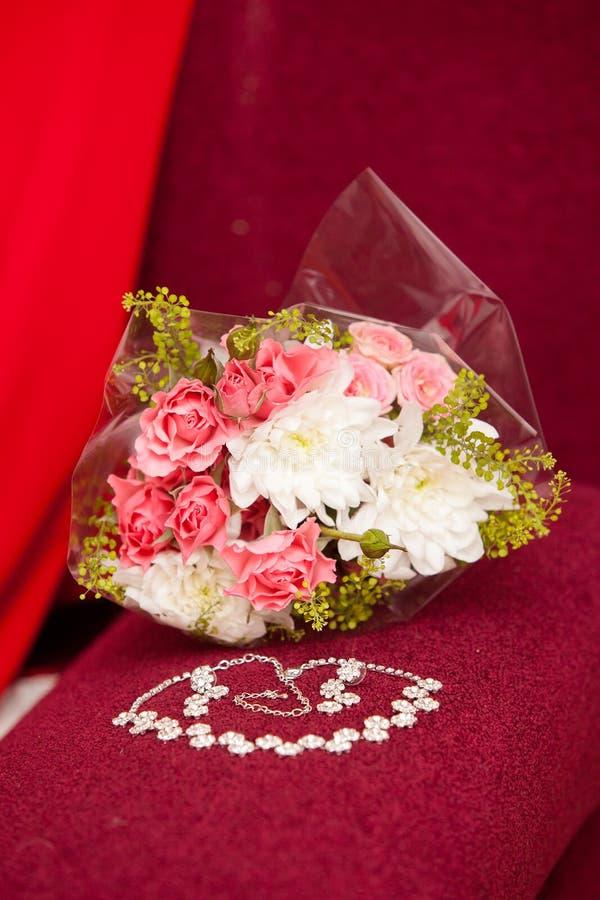 Bridal biżuteria i bukiet fotografia stock