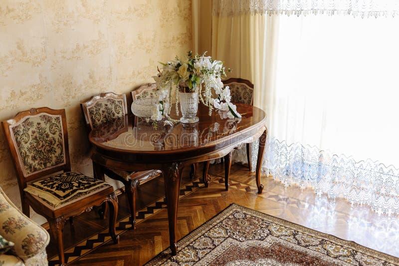 Bridal bukiet w modnej krystalicznej wazie na rzeźbiącym lacquered drewnianym stole obraz royalty free