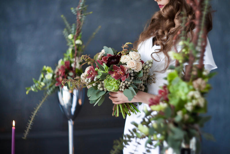 Bridal bukiet w rękach zdjęcie stock