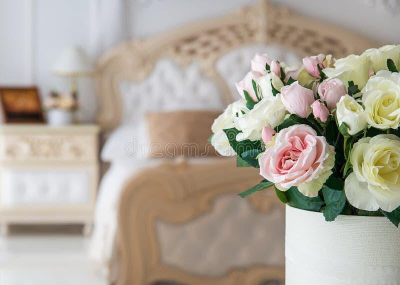 Bridal bukiet w sypialni wnętrzu obrazy stock