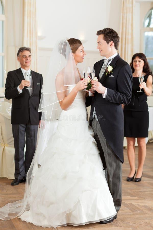 bridal clinking стекла пар стоковые изображения