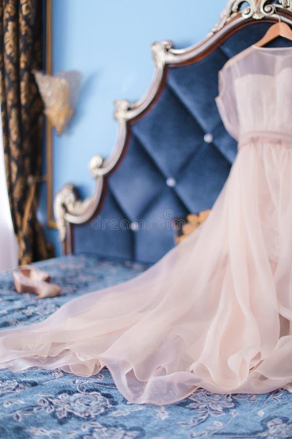 Bridal elegancka suknia na łóżku zdjęcie royalty free