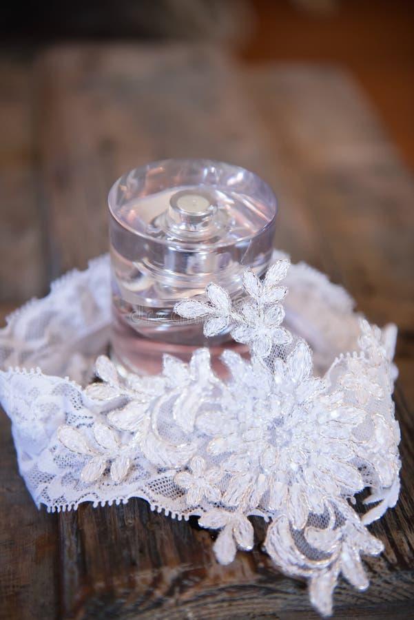 Bridal pachnidło zawijający w pannach młodych zasznurowywa podwiązkę obrazy stock