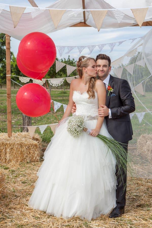 Bridal para niedawno poślubia przy ślubem fotografia royalty free