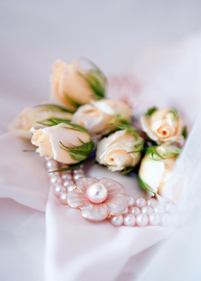 Free Bridal Pearl Necklace With Wedding Flowers Stock Photos - 15845113