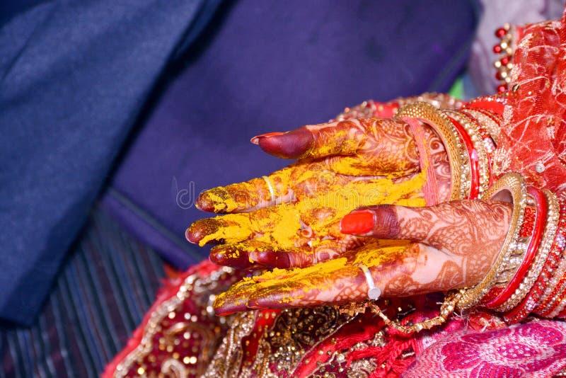 Bridal rodzice Stawiają Haldi w Haldi Rasam Ślubnym rytuale fotografia royalty free