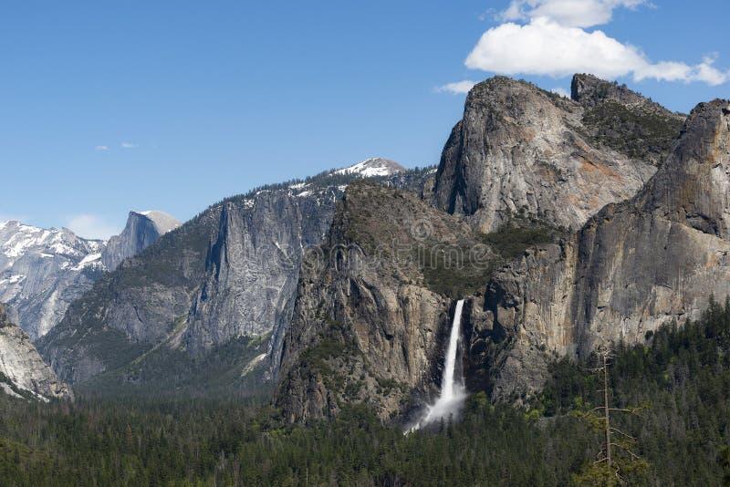 Bridalveil下跌如被看见从尤塞米提谷隧道视图,加利福尼亚 免版税库存图片