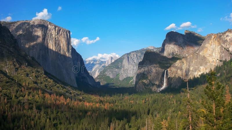 bridalveil秋天和一半圆顶下午视图在优胜美地国立公园 图库摄影