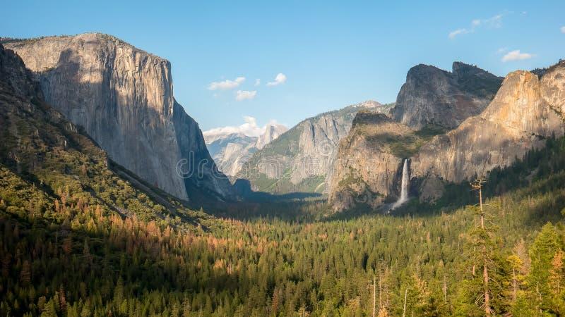 bridalveil秋天和一半圆顶下午视图在优胜美地国立公园 免版税图库摄影