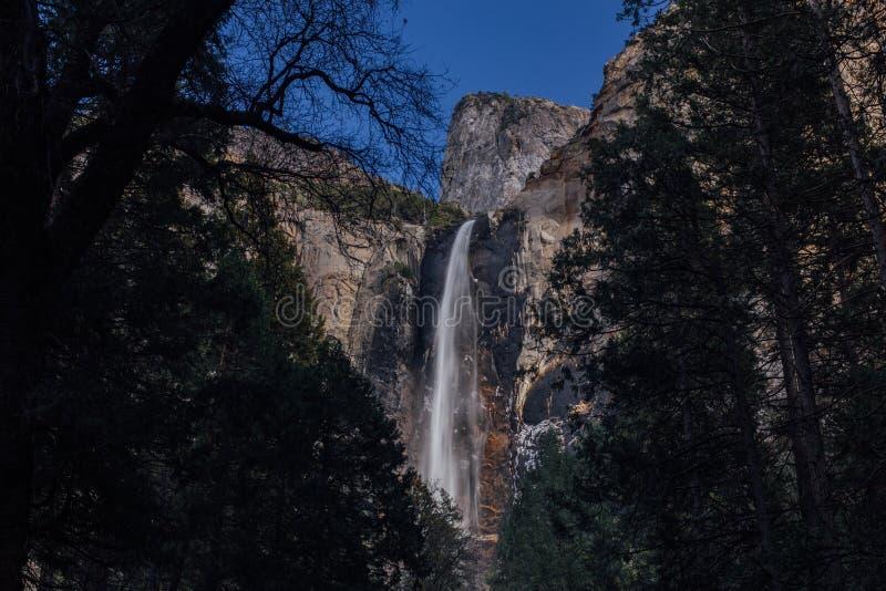 Bridalveil понижается в долину Yosemite стоковое изображение