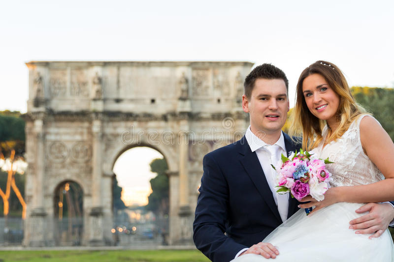 Bride and groom wedding poses, Arco di Costantino in the background, Rome, Italy stock image