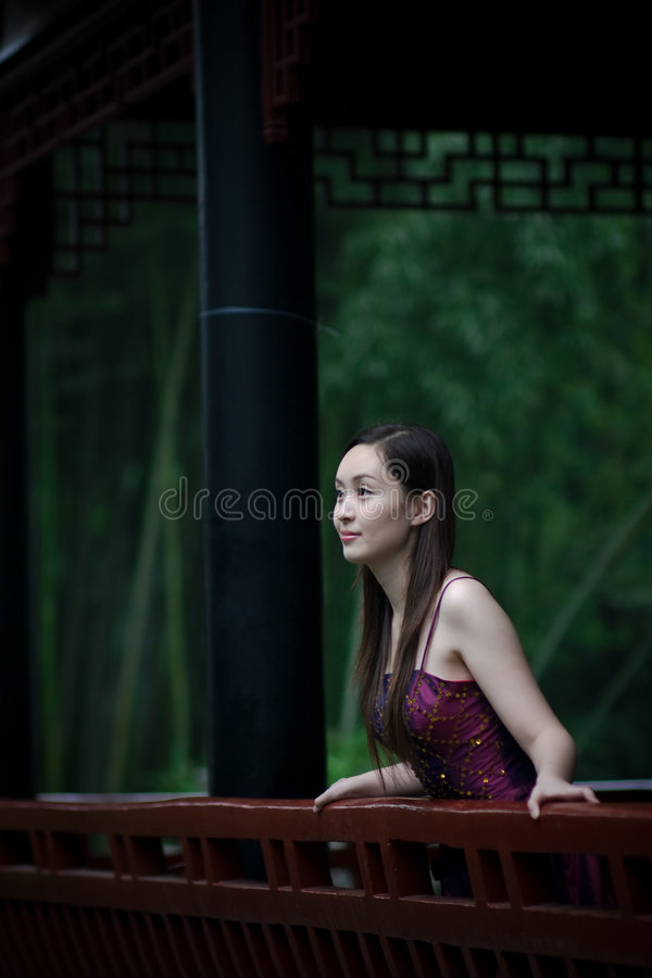 Free Bride In Chinese Traditional Garden Royalty Free Stock Photos - 6530208