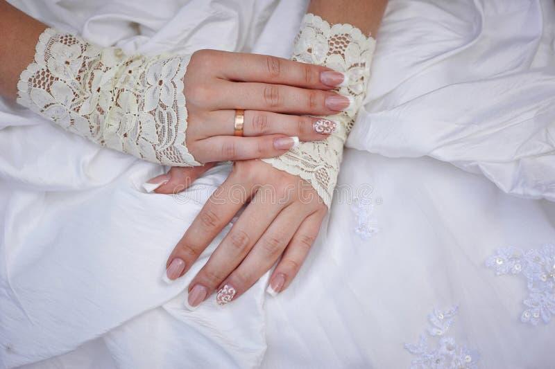 Bride& x27; mão de s com um anel no vestido branco imagens de stock
