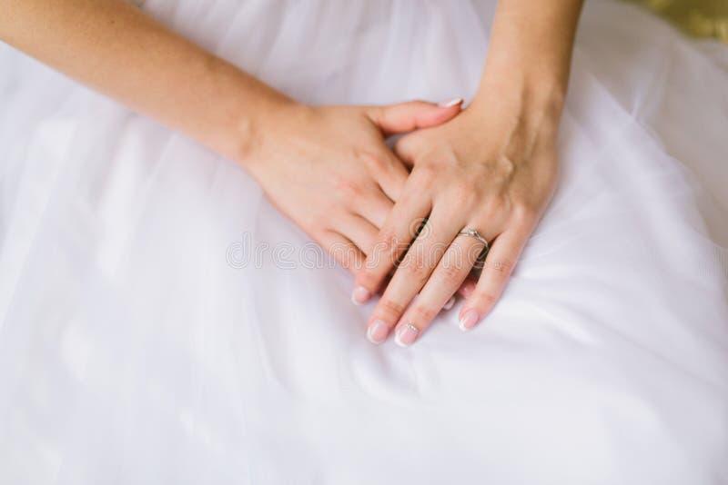 bride& x27; mãos de s com aliança de casamento foto de stock
