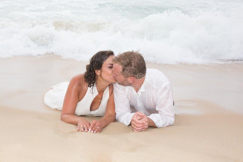 Bride& que se besa x27 del novio cariñoso; boca de s en la playa imágenes de archivo libres de regalías