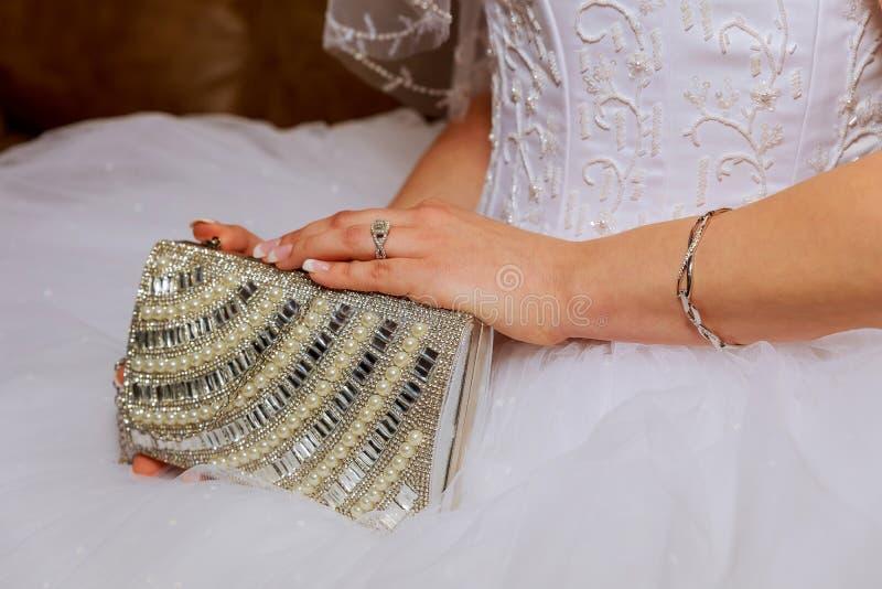 Bride& x27; s entrega o close up no casamento As esperas para o noivo fotos de stock royalty free