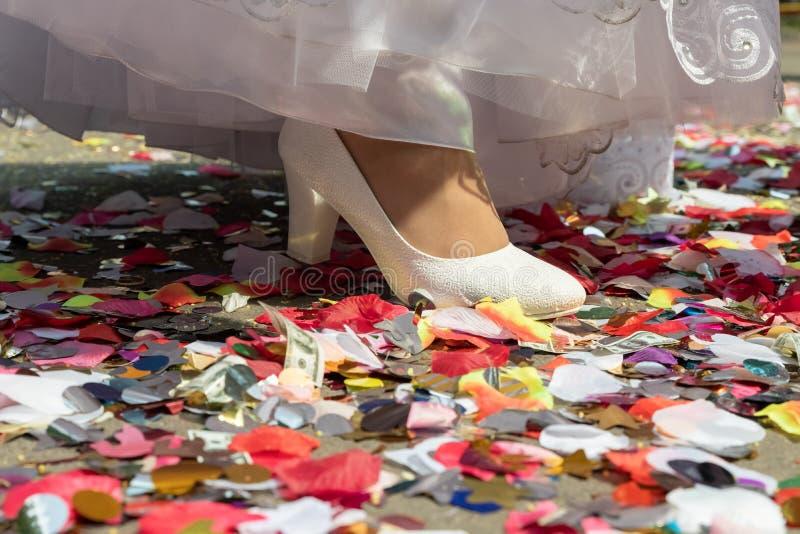 Bride& x27; s schoenen in retro stijl op kleurrijke confettienachtergrond royalty-vrije stock afbeeldingen