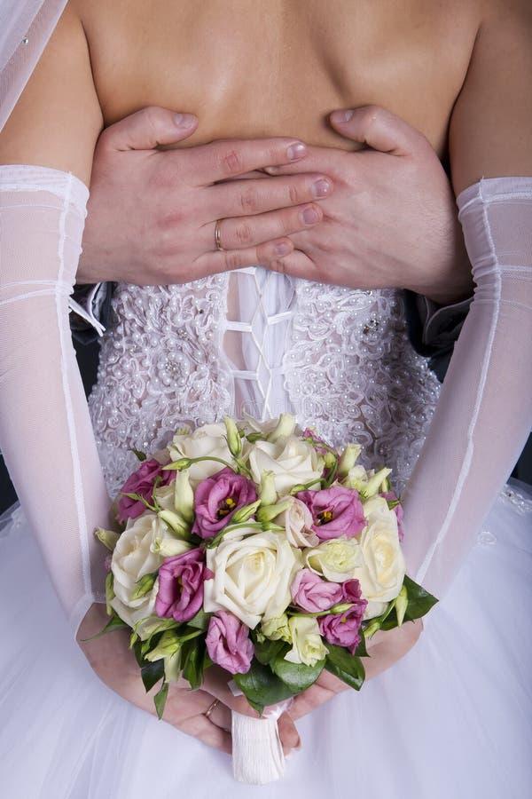 Bridegroom обнимает его невесту стоковое фото rf