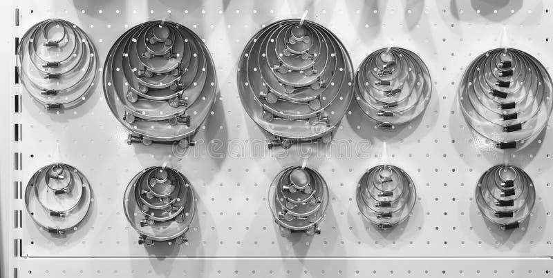 Brides en métal avec le boulon, mettant d'aplomb la boutique photographie stock libre de droits