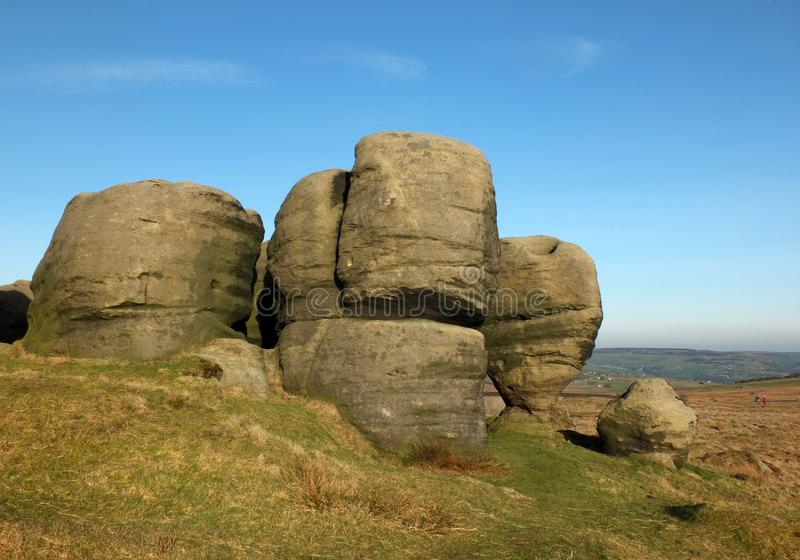 Bridestones um grande grupo de formações de rocha do gritstone no oeste - a paisagem de yorkshire próximo todmorden imagens de stock