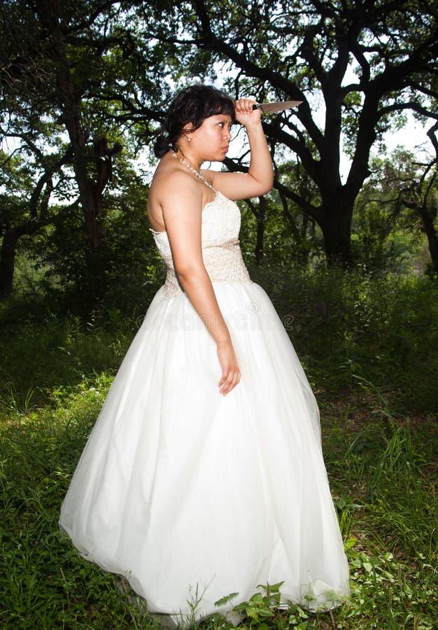 Bridezilla med kakakniven royaltyfria bilder