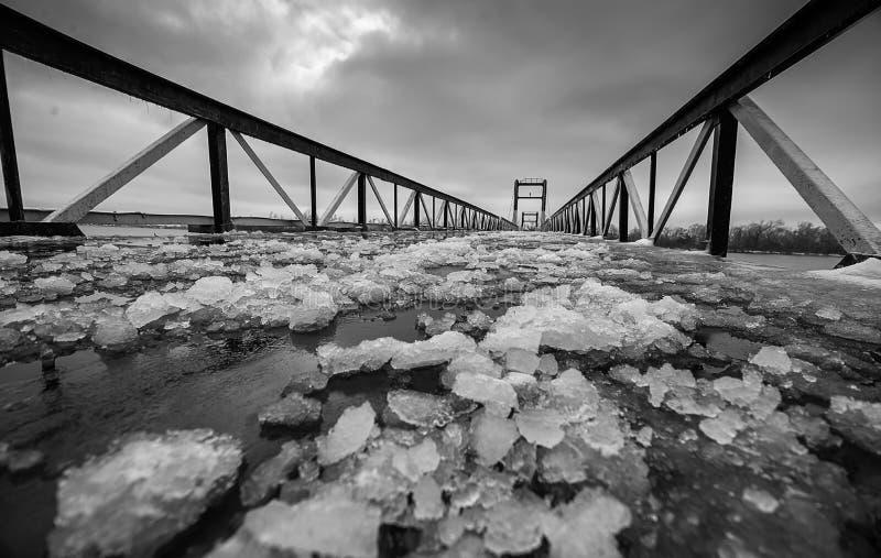 BridgeÂ加点了与残破的冰碎片在冬天 免版税库存照片