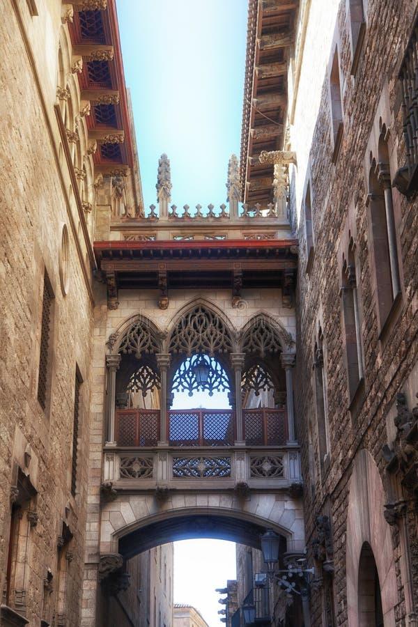 Bridge Carrer del Bisbe en el cuarto gótico de Barcelona foto de archivo