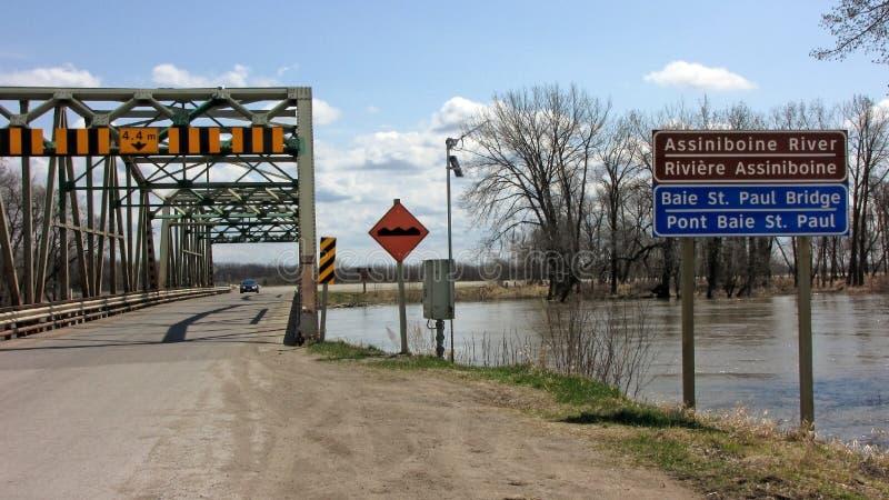 bridge den floodwatersmanitoba räckvidden arkivfoto
