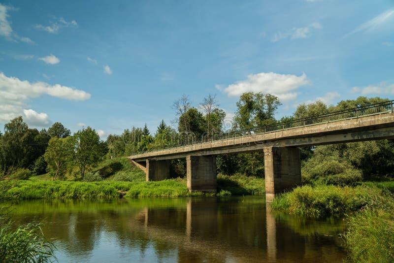 bridge den gammala over floden arkivbilder