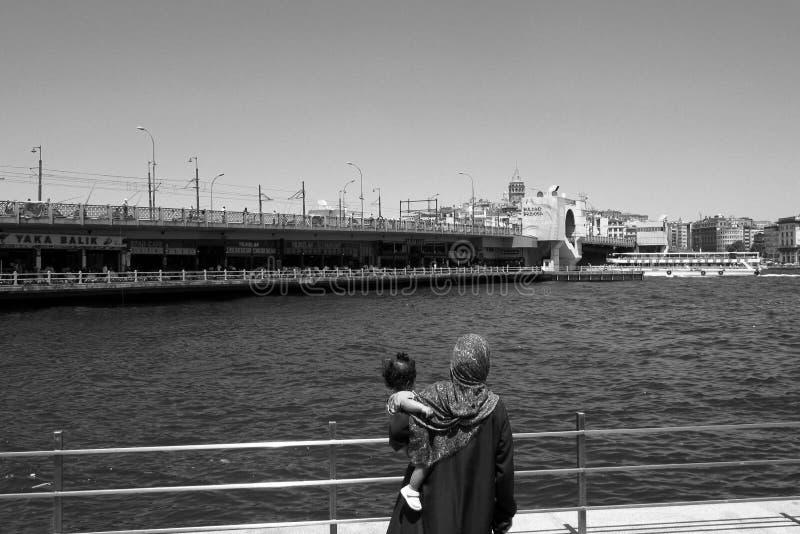 bridge för istanbul för kustlinjegalataen som sexhörniga hav för räcke modeller är squarish in mot sikt arkivbilder