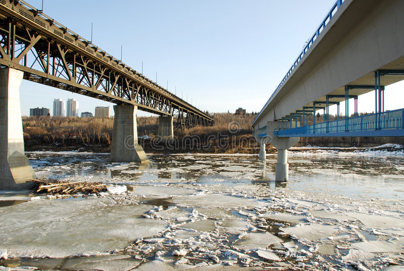 bridge flodfjädern royaltyfria bilder