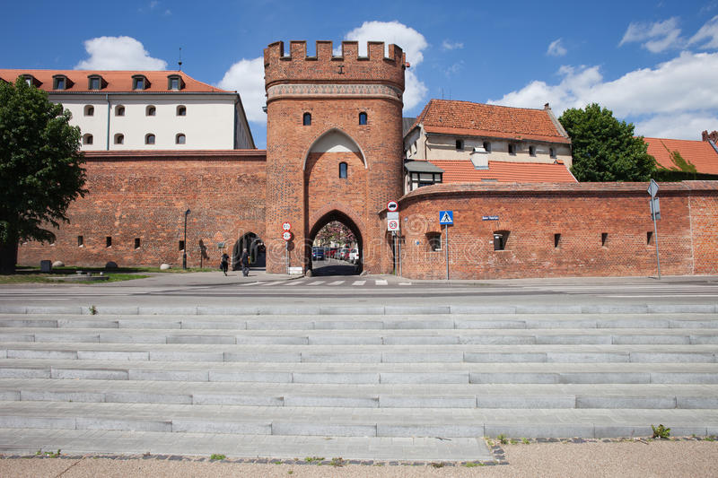 Bridge Gate and City Wall in Torun. Poland, Torun, Old Town, medieval Bridge Gate (Brama Mostowa) and city wall fortification stock images