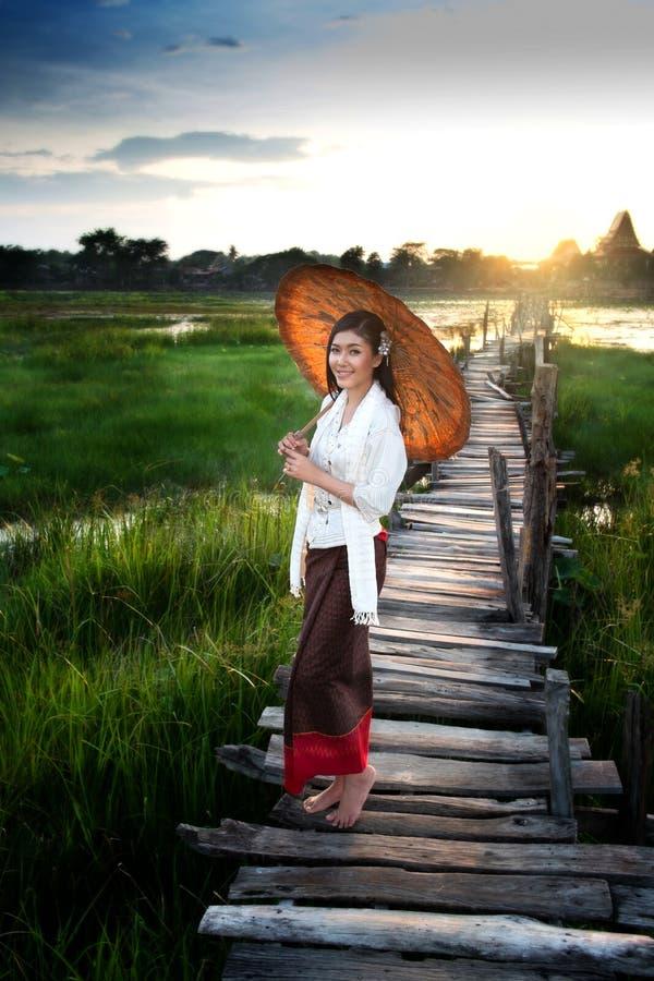 bridge kvinnan royaltyfri fotografi