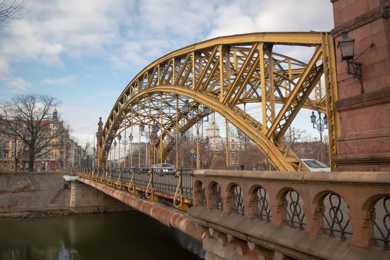 Bridge most Zwierzyniecka con una struttura metallica gialla a Breslavia, Polonia fotografie stock libere da diritti