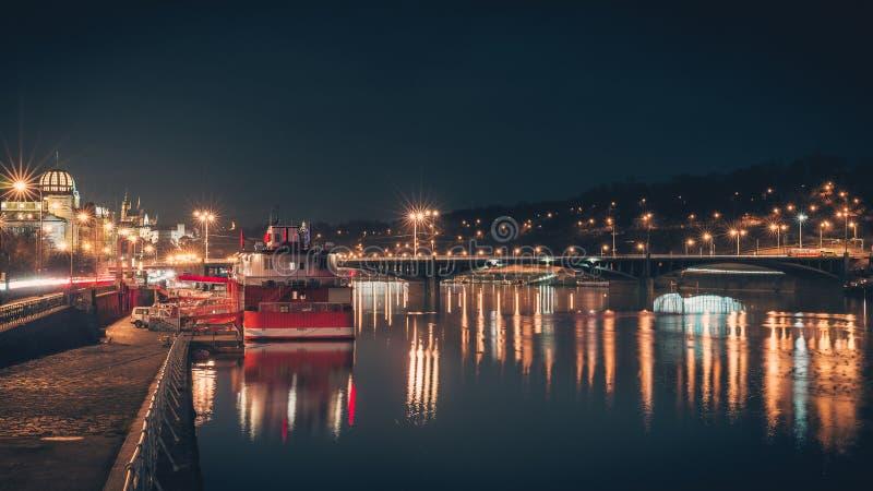 bridge natten arkivfoton