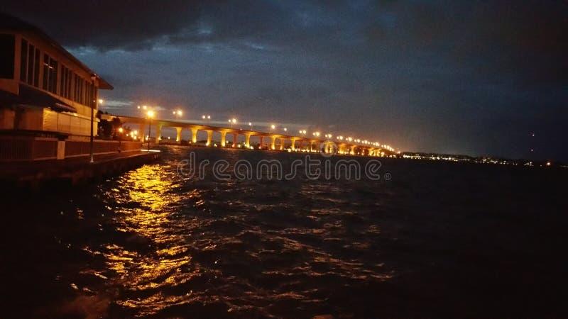 bridge natten royaltyfri foto