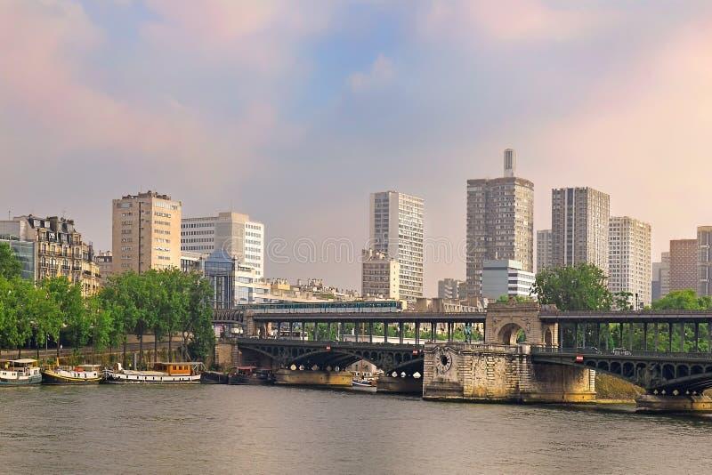 Bridge Pont de Bir-Hakeim en París, Francia fotografía de archivo