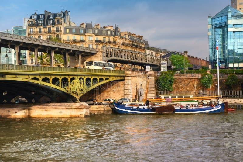 Bridge Pont de Bir Hakeim y un barco histórico en el Sena, París fotos de archivo libres de regalías
