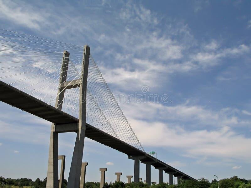 bridge skyen royaltyfria bilder