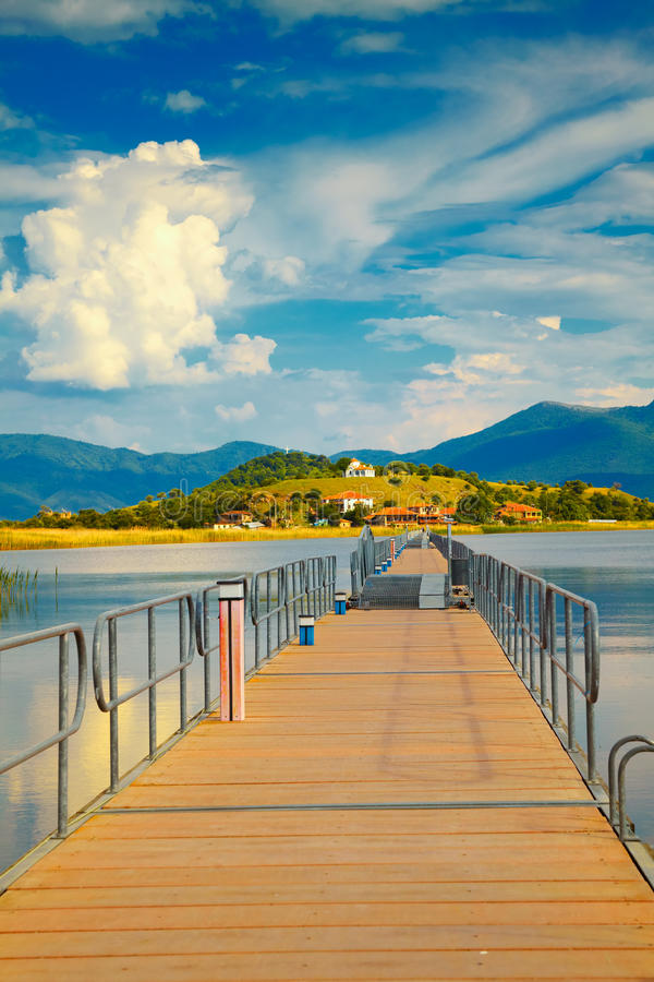 Bridge till den AgiosAchillios ön arkivfoto