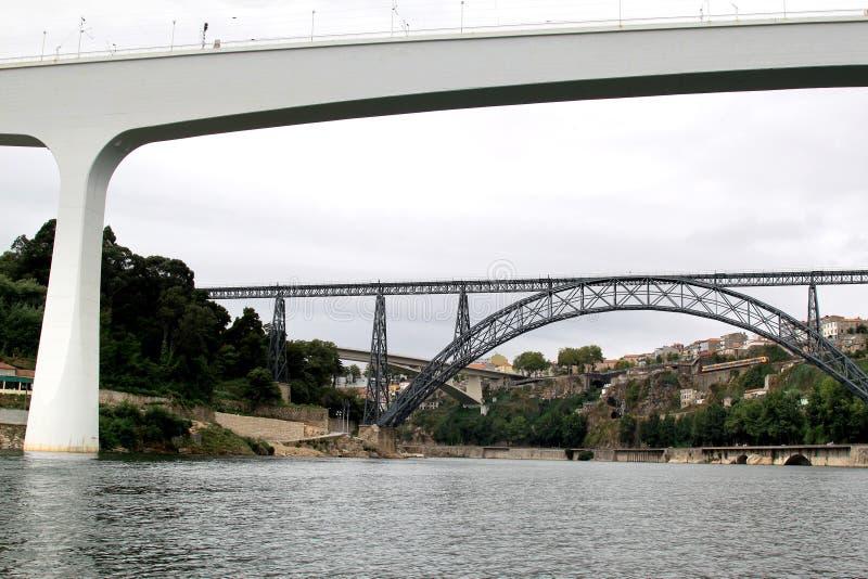 bridges den moderna gammala oporto portugal järnvägen royaltyfri fotografi