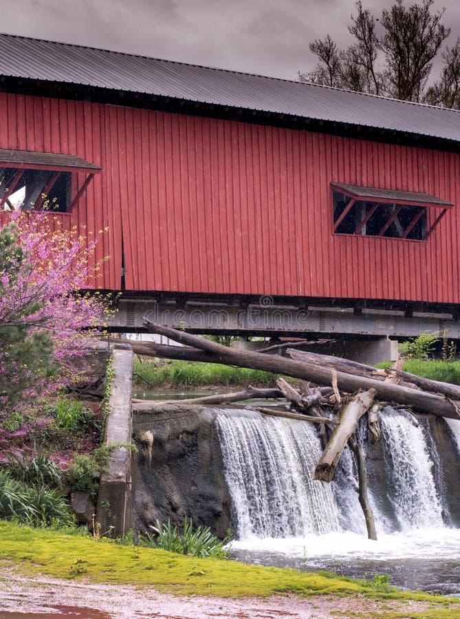Bridgeton cobriu a ponte e a cachoeira em Indiana imagens de stock